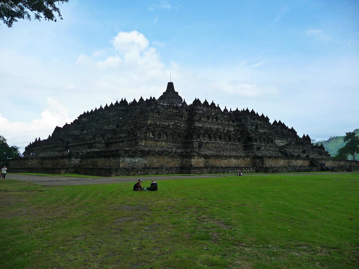 Боробудур - самая большая буддистская ступа в мире
