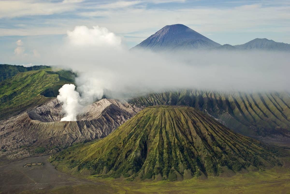 Вулканы Бромо, Баток и Семеру со смотровой площадки на горе Пенанджакан