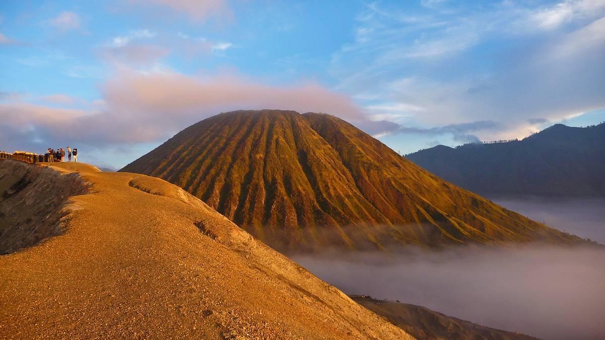 Вулканы Бромо и Баток на рассвете