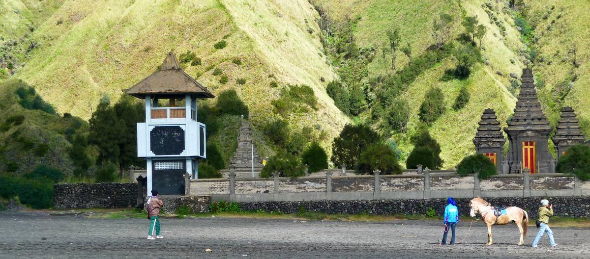 Индуистский храм около вулкана Бромо