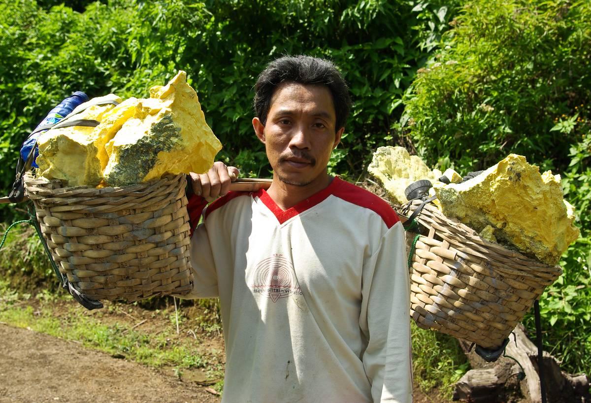 Рабочий, таскающий серу с вулкана Иджен