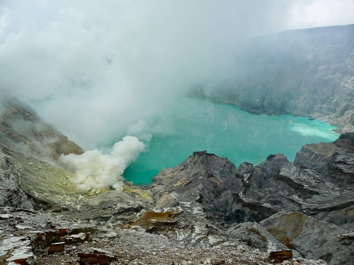 Кратер вулкана Иджен