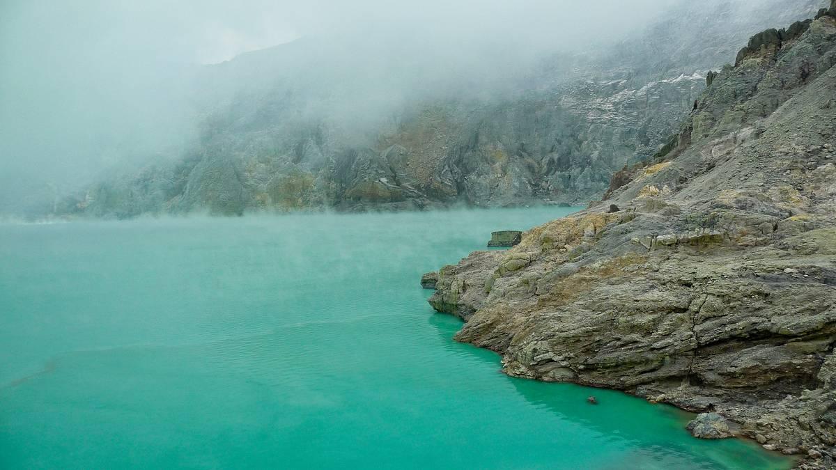 Кислотное озеро на дне кратера вулкана Иджен