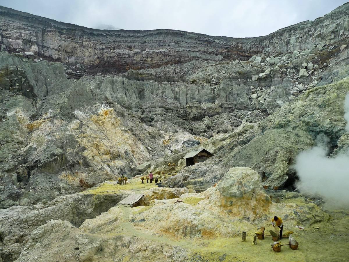 Спуск в кратер вулкана Иджен