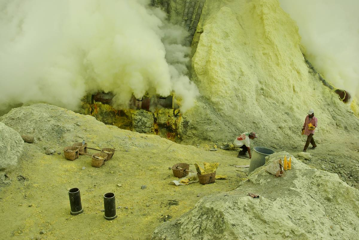 Добыча серы в кратере вулкана Иджен