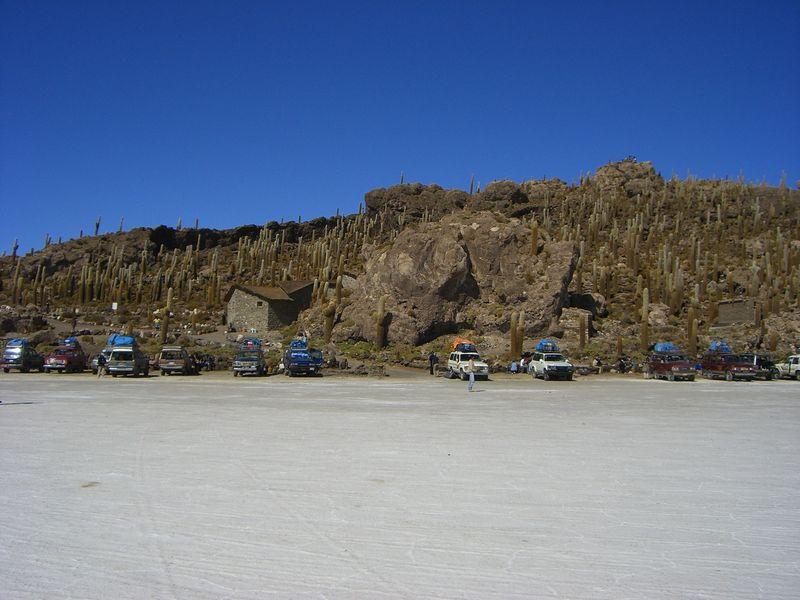 Парковка туристических джипов у Острова Рыбы