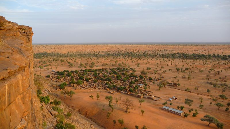 Вид на одну из догонских деревень с уступа Бандиагара