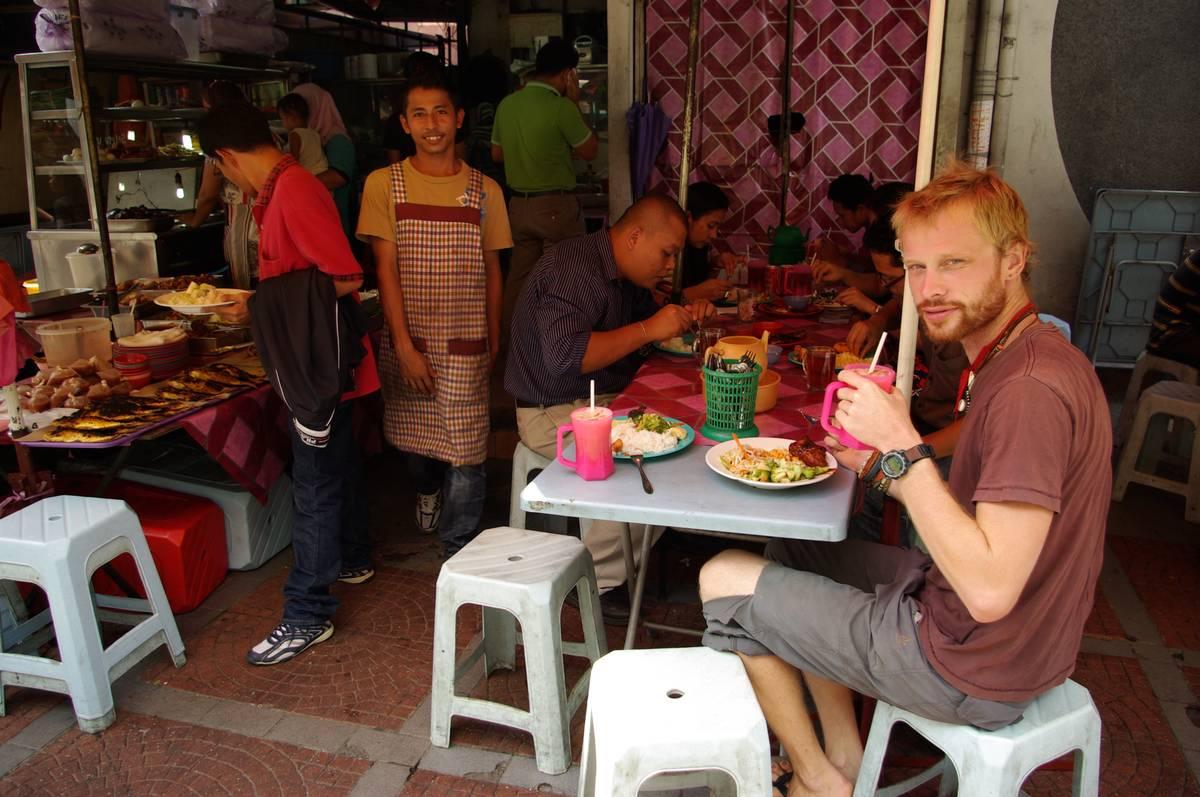 Обыкновенная уличная едальня в Куала Лумпур