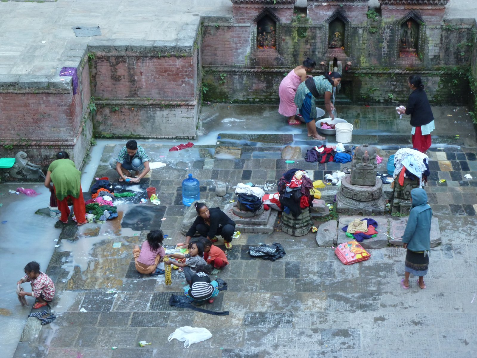 Постирочный день в непальской семье