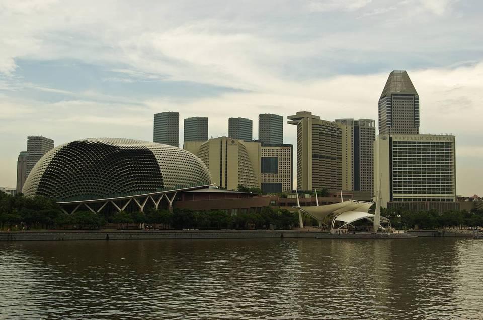 Слева - сингапурский театр, построенный в форме дуриана