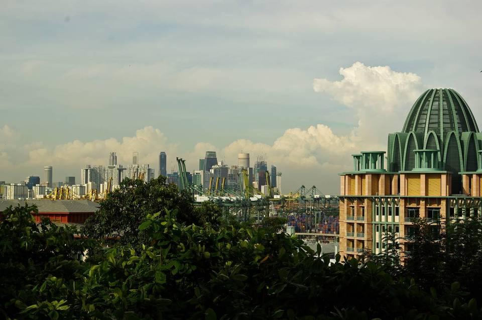 Вид с Сентозы на Сингапур